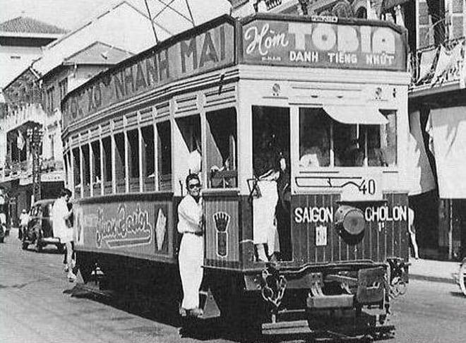 Trên tuyến xe buýt Sài Gòn - Chợ Lớn, loại hòm có thương hiệu Tobia được dán ngay đầu xe để giới thiệu sản phẩm chỉ những người chết mới dùng.