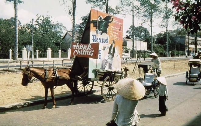Xe ngựa trên đường phố Sài Gòn quảng cáo phim cho rạp Thành Chung (Chợ Lớn). Vị trí xe ngựa đứng là phía cửa sau chợ An Đông, quay đầu ra phía đường Nguyễn Duy Dương.
