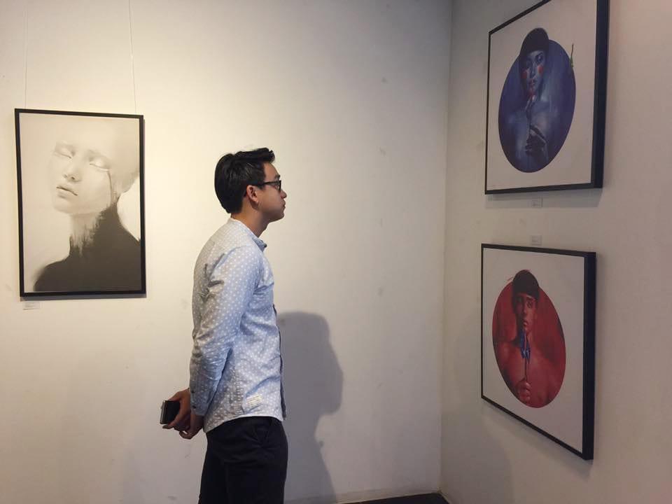 Quang Bảo cũng dành thời gian thưởng lãm tranh của Nhựt Nguyễn trước khi chương trình bắt đầu