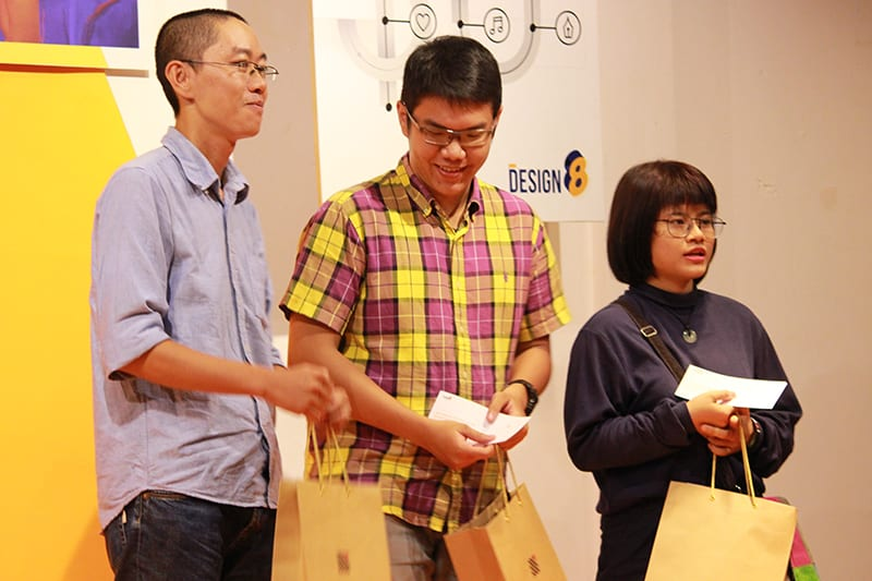 Đội thắng cuộc được nhận học bổng 10 triệu đồng của DPI, tranh có chữ ký của Nhựt Nguyễn và các ấn phẩm của RGB
