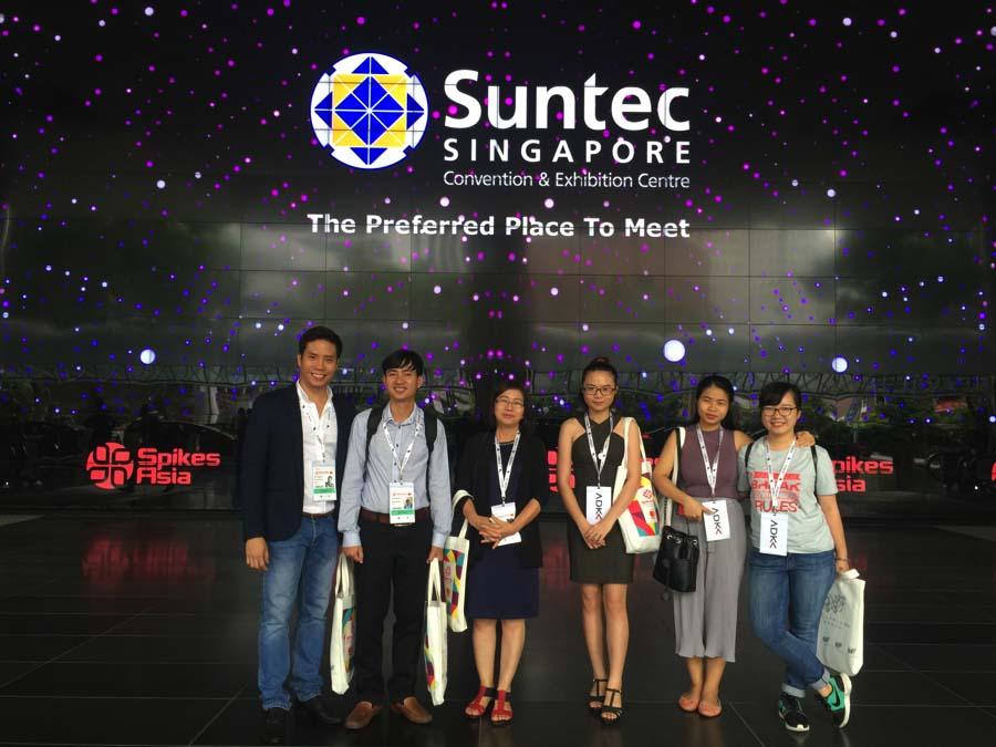 Quỳnh Như – bìa phải– tại Sipkes Asia, Singapore
