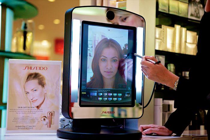 Gương thần tại cửa hàng Charlotte Tilbury & Shiseido cho phép khách hàng xem trước các loại mỹ phẩm và kiểu trang điểm sẽ trông thế nào khi được sử dụng.