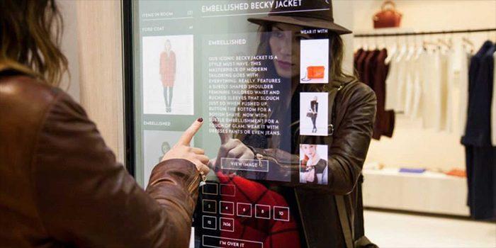 Gương thần trong một cửa hàng thời trang giúp khách thử đồ nhanh chóng.