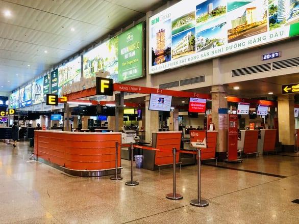 Quầy check-in của Jetstar Pacific tại Tân Sơn Nhất vắng vẻ