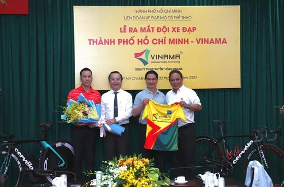Chiếc áo mới của đội xe đạp TPHCM Vinama. Ảnh: HOÀNG HÙNG
