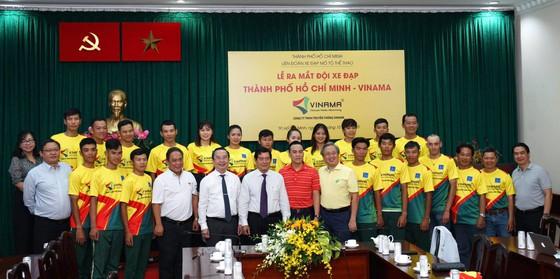 Tập thể đội xe đạp TPHCM Vinama chụp ảnh lưu niệm với các lãnh đạo. Ảnh: HOÀNG HÙNG